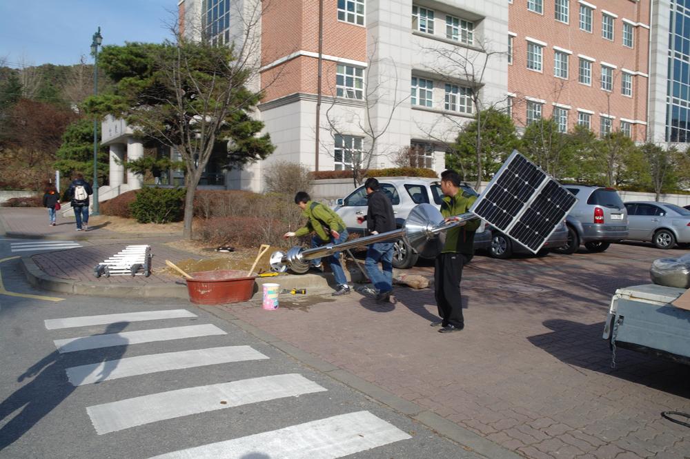 국제대학교가 교내가로등을 태양광LED 가로등으로 교체 설치중이다.