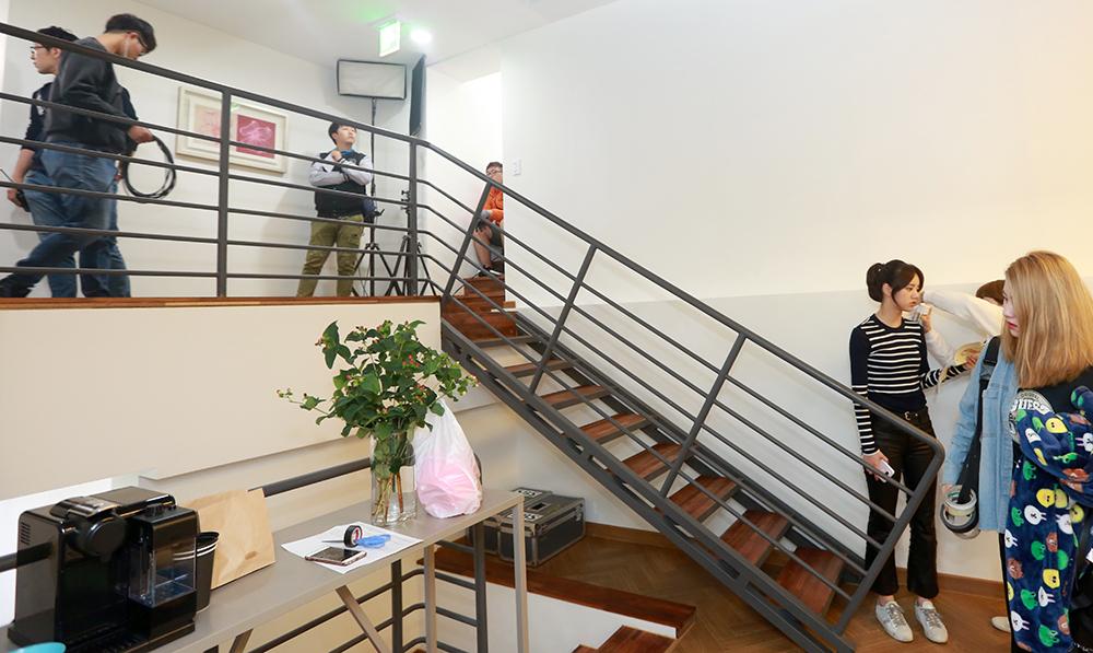 굿모닝하우스 본관 2층 게스트하우스에서 주인공 혜리가 촬영을 준비하고 있다.