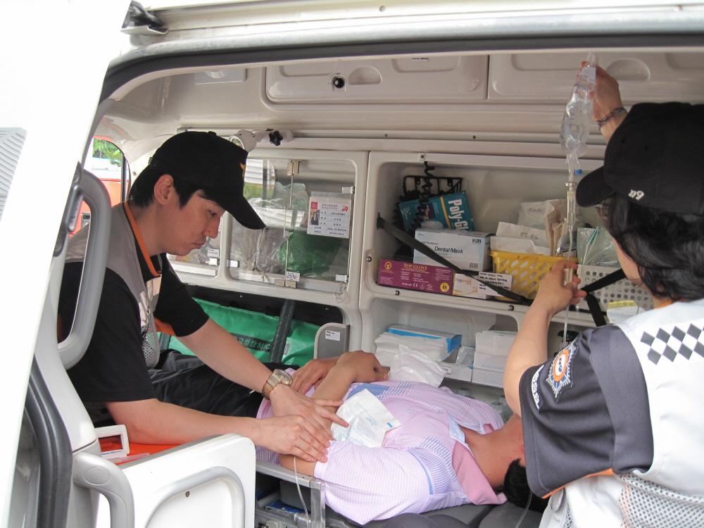 사진은 폭염 구급차에서 온열질환자에게 얼음팩을 조치하고 있는 모습.