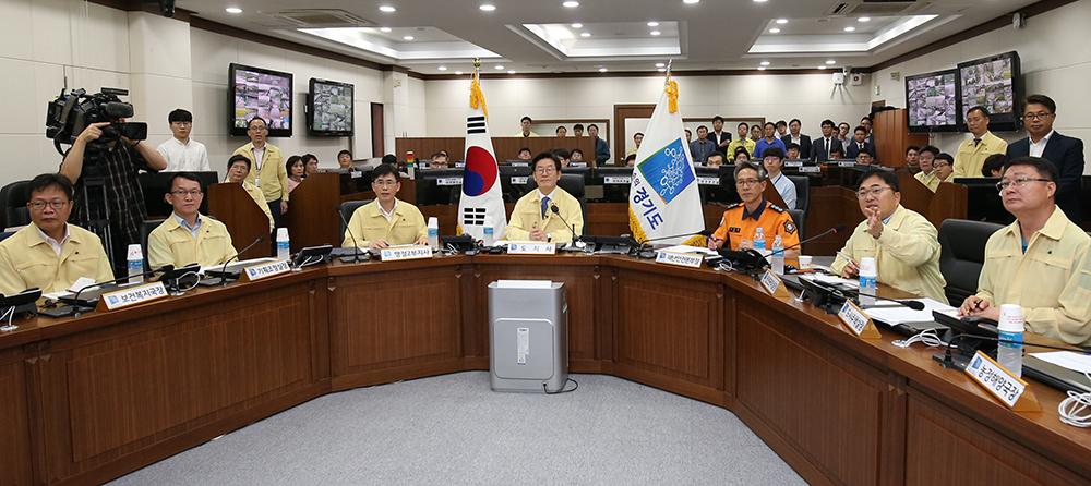 이날 취임 선서 후 이재명 경기도지사가 태풍 대비 재난안전 대책회의를 주재하고 있다.