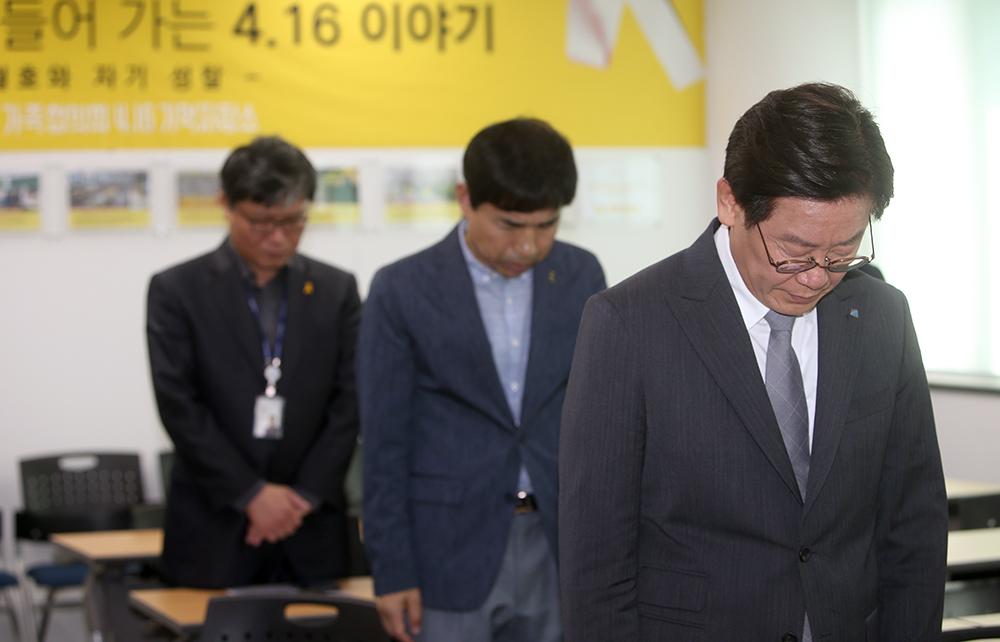 4일 오후 안산시 단원구에 위치한 단원고4·16기억교실을 방문한 이재명 경기도지사가 희생자들을 위해 묵념하고 있다.