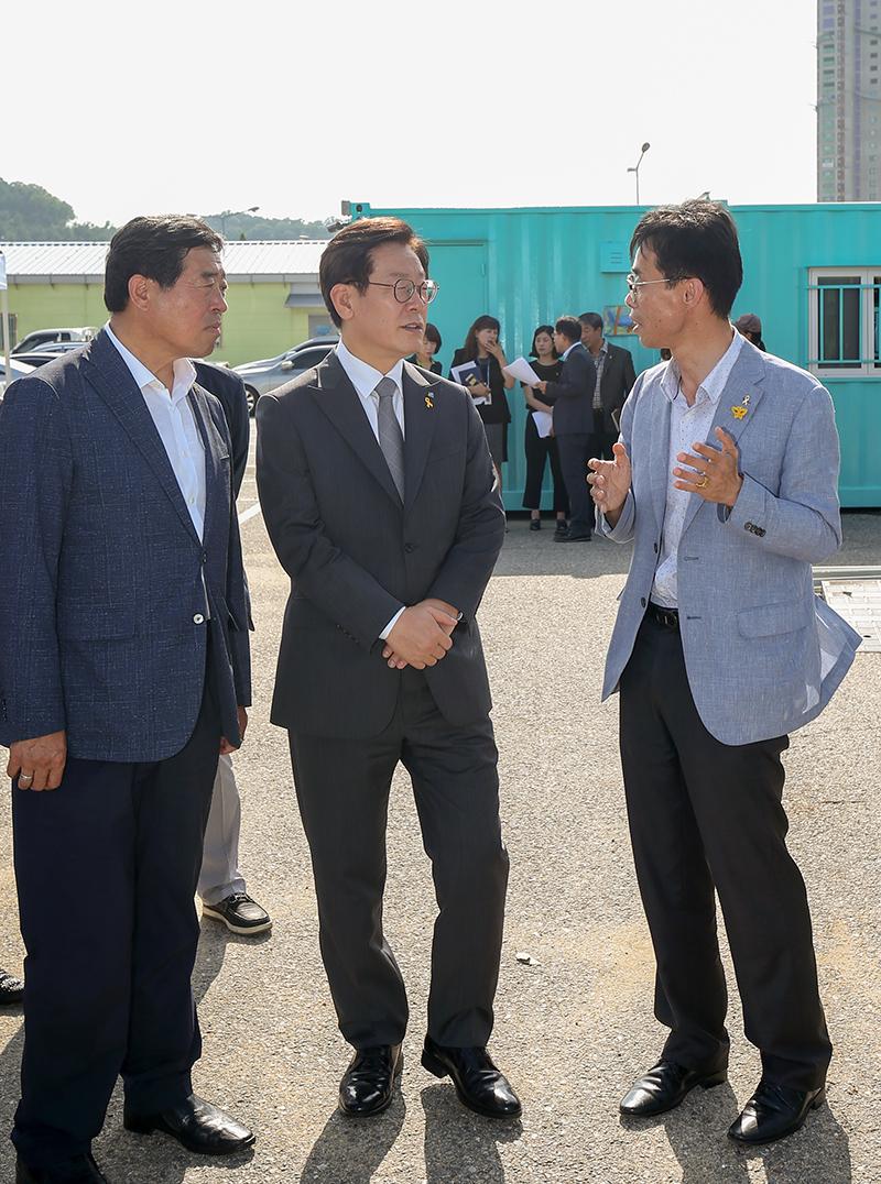 이재명 지사가 윤화섭 시장과 전명섭 4·16가족협의회 운영위원장이 이야기를 나누고 있다.