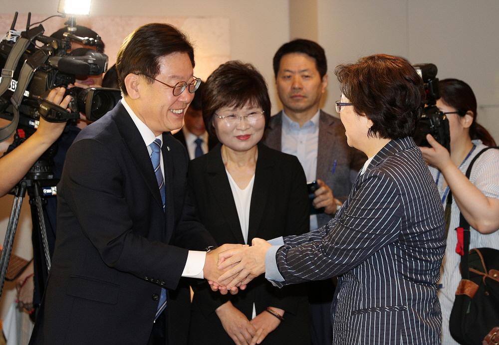 이재명 지사가 김은경 환경부 장관과 인사를 나누고 있다.