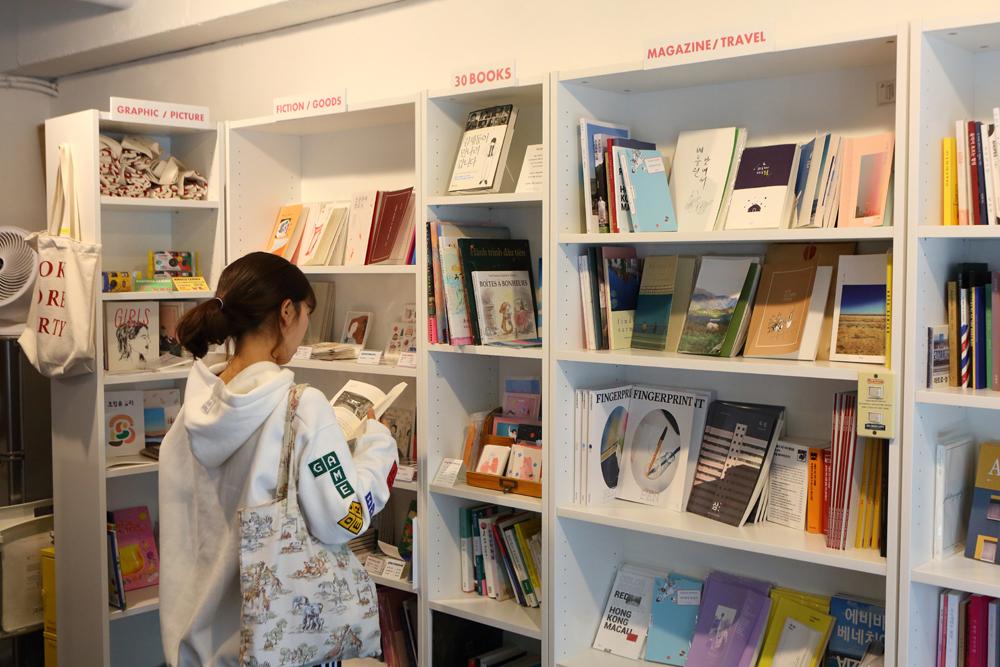 '수원 서른책방'에서는 서툰 디자인에 투박한 표지지만 대형서점에서는 볼 수 없는 보석 같은 독립출판서적들을 만날 수 있다.