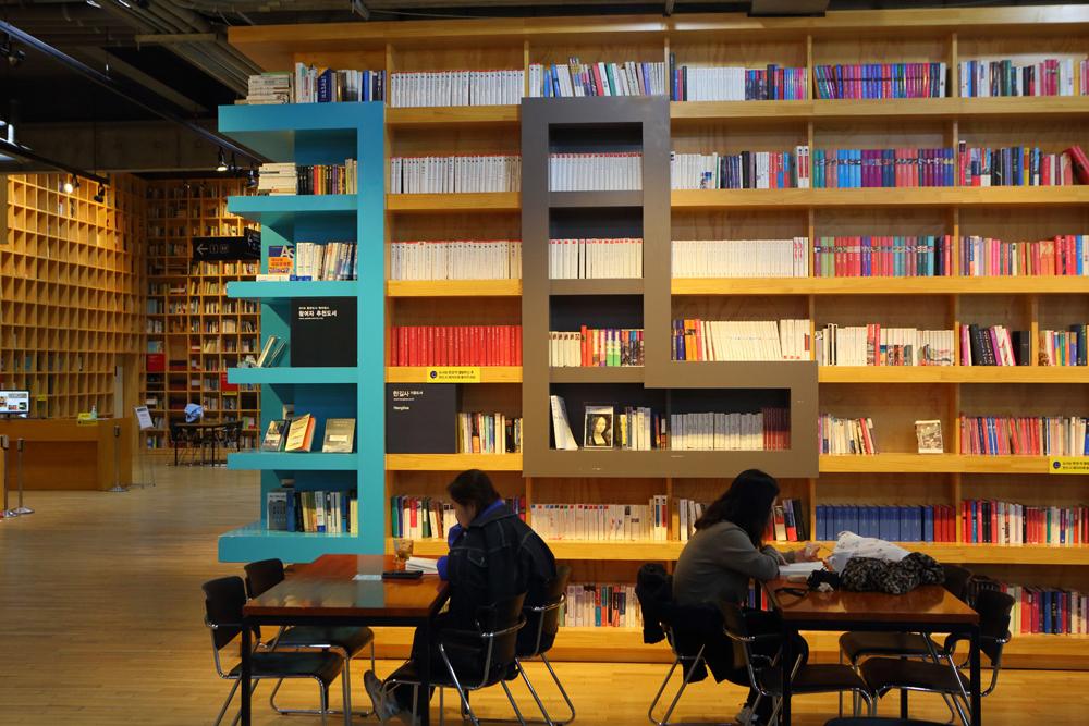높은 천장까지 닿은 웅장한 서가와 셀 수 없이 다양한 책이 가득한 '파주 지혜의 숲'은 들어서는 순간 마치 책의 숲에 던져진 느낌을 준다.