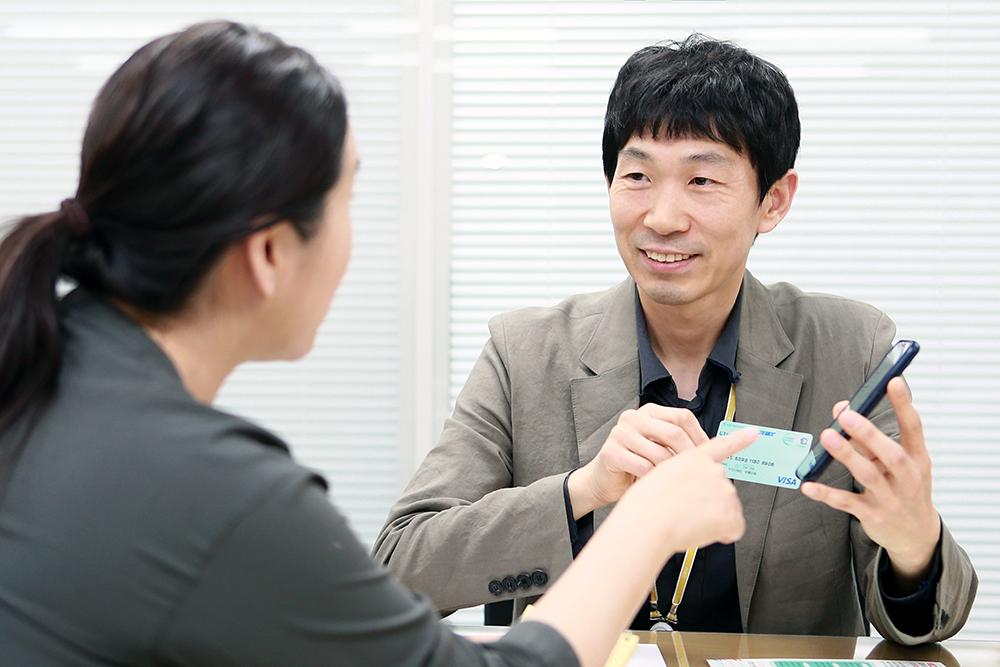 """이영권 김포시 일자리경제과 지역경제팀장은 """"김포페이는 지역 내에서만 소비가 이뤄져 지역경제 활성화에 큰 도움이 될 것""""이라고 기대했다."""