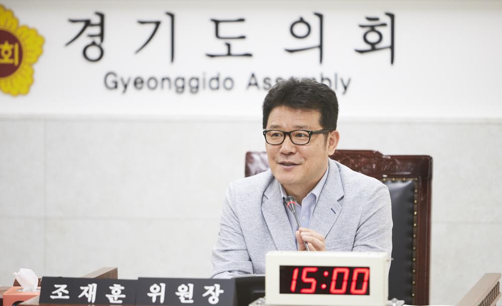 조재훈 경기도의회 건설교통위원회 위원장이 질문하고 있다.