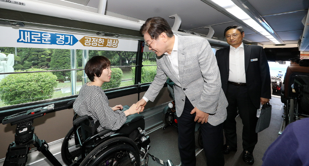 이재명 경기도지사가 경기여행 누림버스 이용자와 인사를 나누고 있다.
