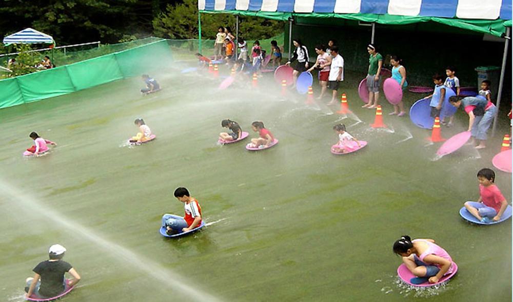 '가평 사계절썰매장'은 한여름에도 청정 자연을 즐기며 썰매를 즐길 수 있도록 물썰매장을 운영 중이다.