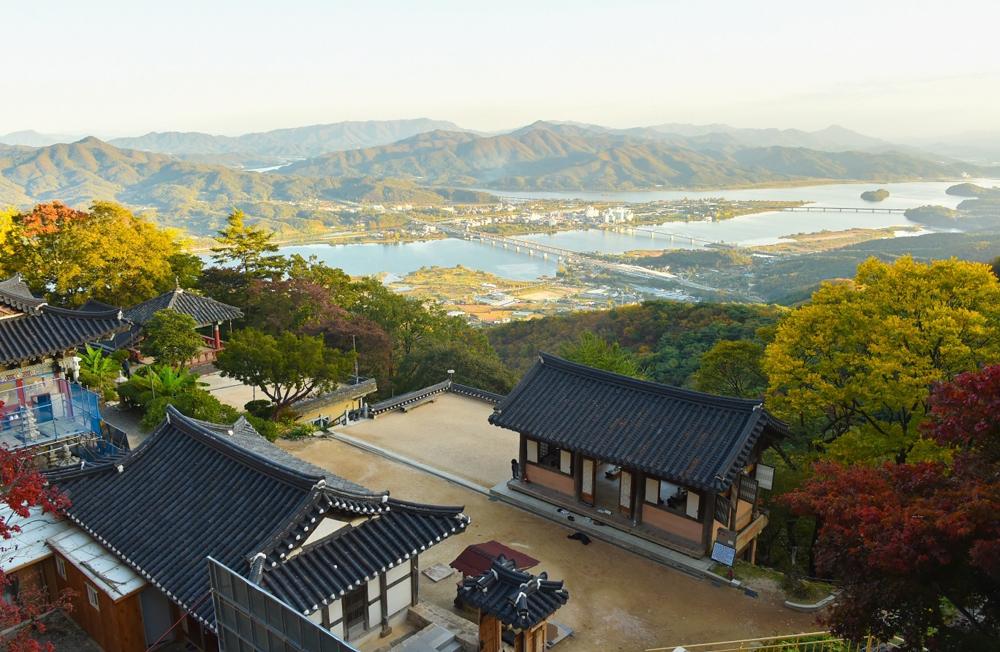 수종사(水鍾寺)는 남한강과 북한강이 만나는 두물머리를 한눈에 감상할 수 있는 운길산 자락에 위치해 예로부터 많은 명사들이 즐겨 찾았다.