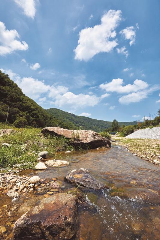 동막계곡은 규모나 경치에 비해 많이 알려지지 않아 한가롭게 물놀이를 즐길 수 있다.