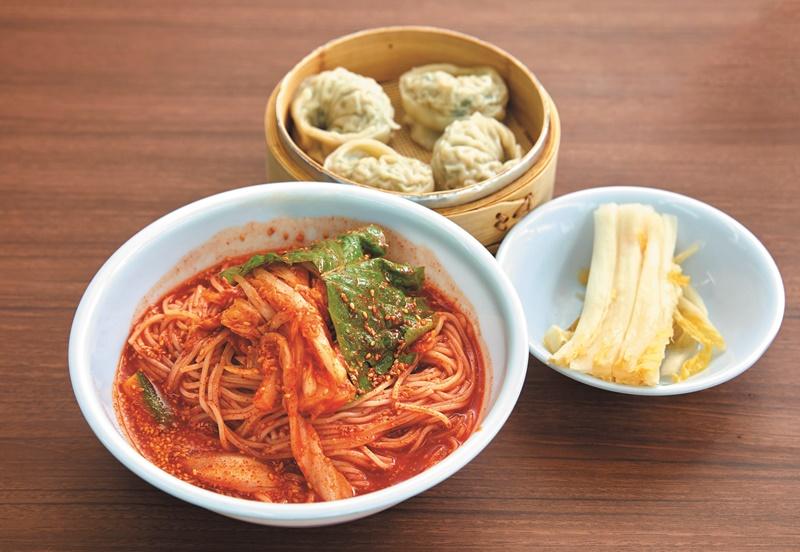 매콤 달콤한 맛이 일품인 비빔국수.