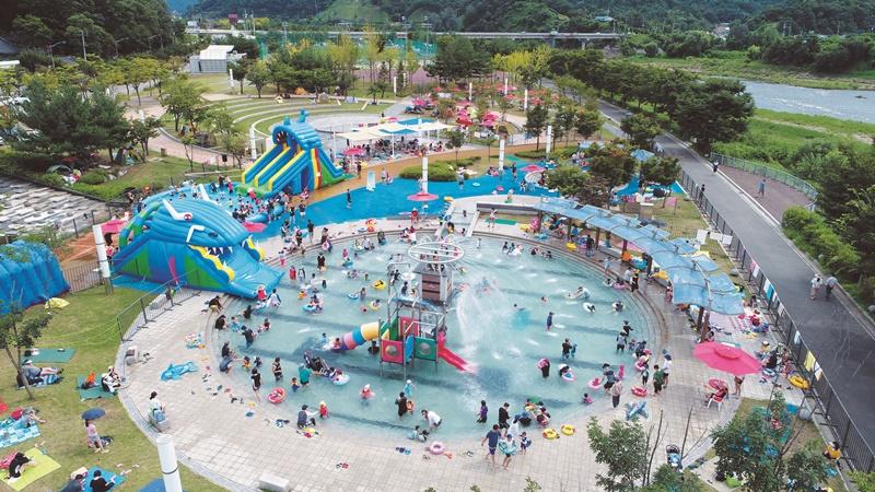 한탄강관광지는 야영장과 물놀이장, 축구장 등 다양한 시설을 갖춰 여름 피서지로 제격이다.