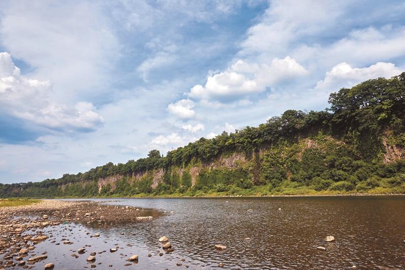 대자연의 경이로움을 느낄 수 있는 임진강 주상절리. 봄과 여름에는 신록이 절벽을 뒤덮는다.