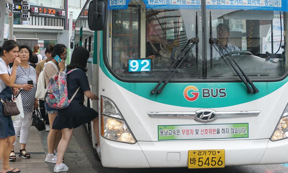 경기도는 올해 10월부터 기존에 직행좌석형 버스에만 국한돼 시행됐던 조조할인 요금제를 도내 시내버스 전체로 확대 적용을 추진한다고 9일 밝혔다. 자료 사진.
