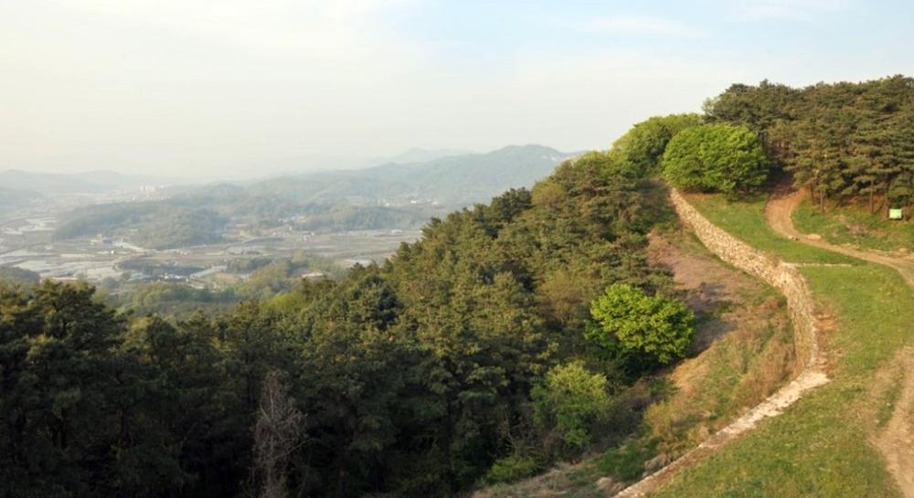반월산성은 청성산 정상부 일대에 축조된 테뫼식 산성으로, 포천 내에서는 가장 규모가 큰 삼국시대 산성이다.