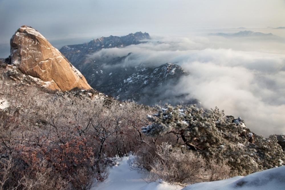 북한산성은 북한산 국립공원의 백운대, 만경대, 노적봉 등 28개의 크고 작은 봉우리를 병풍처럼 아우르는 총 둘레 약 13㎞ 대규모 포곡식 산성이다.