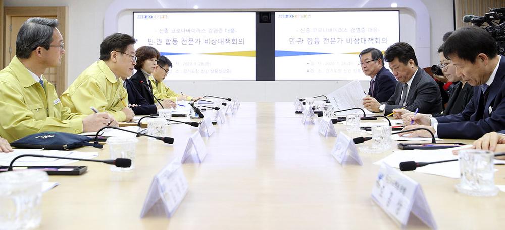 28일 경기도청 상황실에서 신종 코로나바이러스 감염증 대응 민·관 합동 전문가 비상대책회의가 열리고 있다.