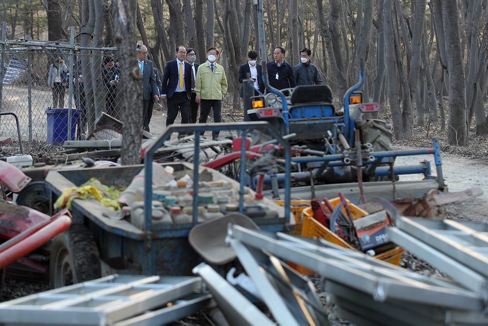 지난 3월 이재명 지사가 양평군의 하천 및 계곡 불법시설물 철거 현장을 점검하고 있다.
