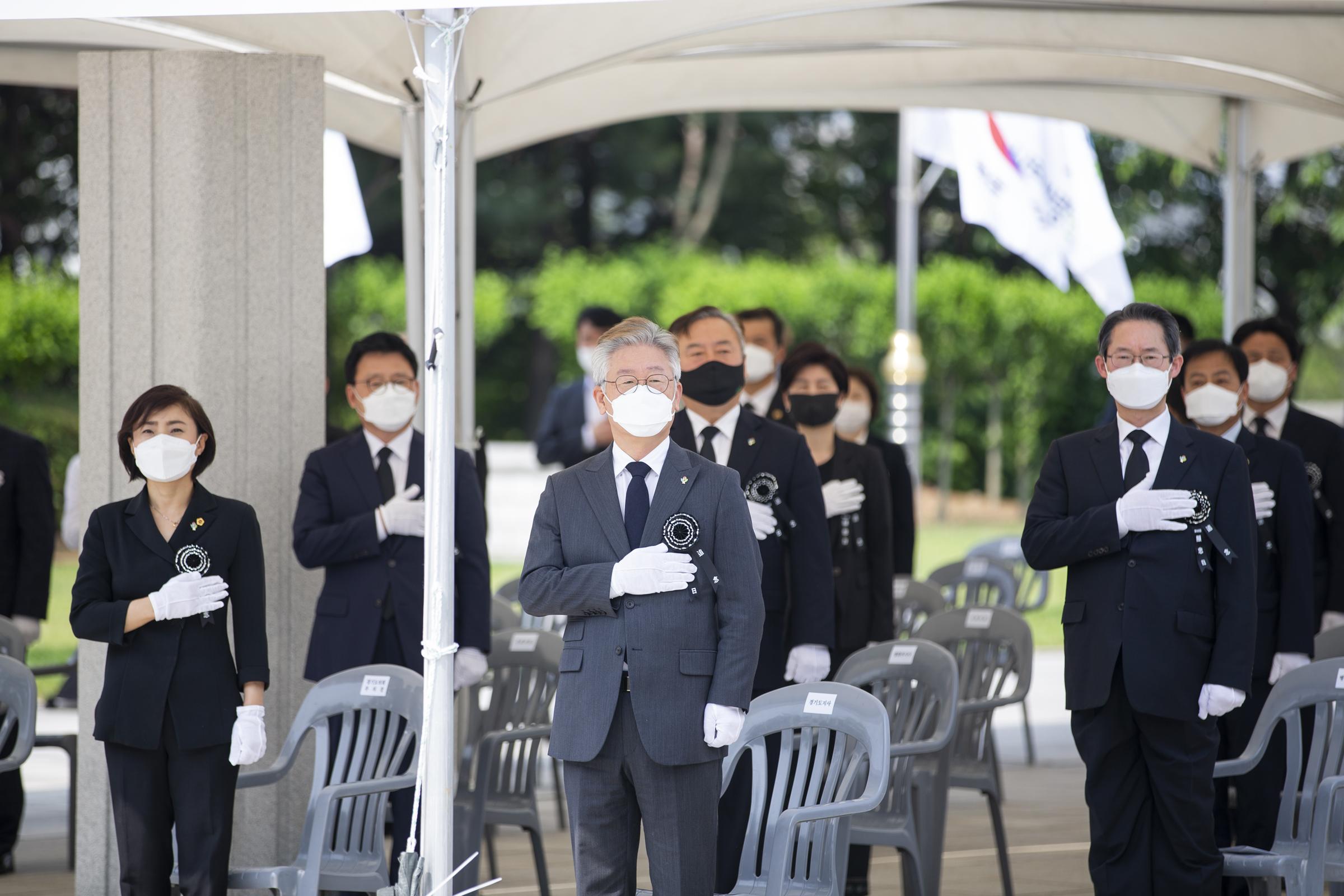 이재명 경기도지사는 6일 수원 현충탑에서 열린 제65회 현충일 추념식에 참석해 순국선열과 호국영령의 명복을 빌고 유가족을 위로했다.