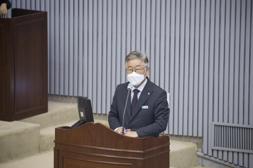"""이재명 경기도지사는 지난 22일 경기도의회에서 """"대북전단 살포 행위와 이를 막으려는 공권력에 저항해 위해를 가하겠다고 협박하는 단체 등에 대해 수사를 요청하고 조사해 책임을 묻겠다""""고 대응 의지를 밝혔다."""