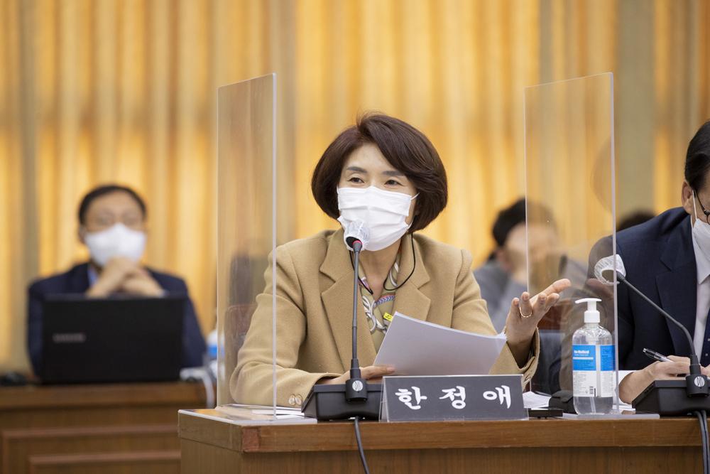 한정애 의원(더민주·서울 강서구병)이 아동학대 대응체계 개편과 관련한 경기도의 대응에 질의하고 있다.