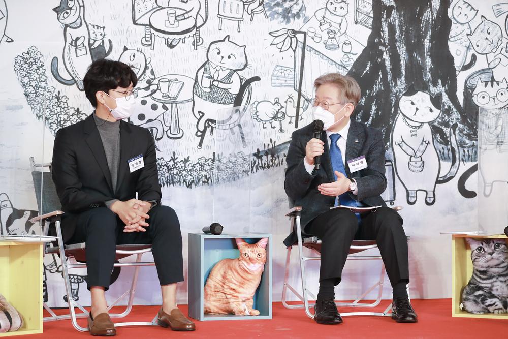 이재명 경기도지사가 기공식 후 진행된 토크쇼에서 패널들과 고양이 보호 정책에 대해 의견을 나누고 있다.