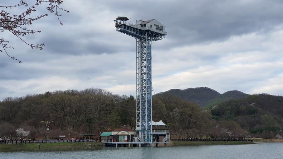율동공원 호수 위에 있는 번지점프