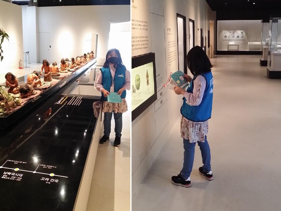 꿈기자가 박물관에서 제공한 교재를 보며 전시실을 관람하고 있다.