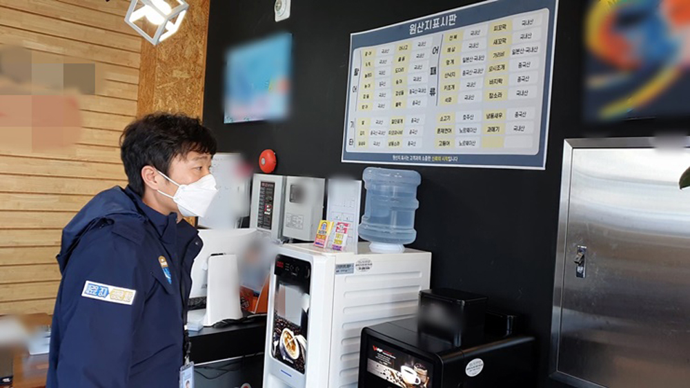경기도 특별사법경찰단은 지난해 11월 일본산 수산물 수입 상위 3개 어종인 방어, 도미, 가리비 등을 취급, 판매하는 음식점 90여 곳을 수사한 결과 29곳에서 32건의 위법행위를 적발했다.