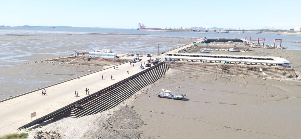 경기도가 '깨끗한 경기바다 만들기' 사업의 일환으로 7월부터 8월까지 바닷가 불법행위 특별단속을 실시한다. 불법천막을 정비한 오이도항의 모습.